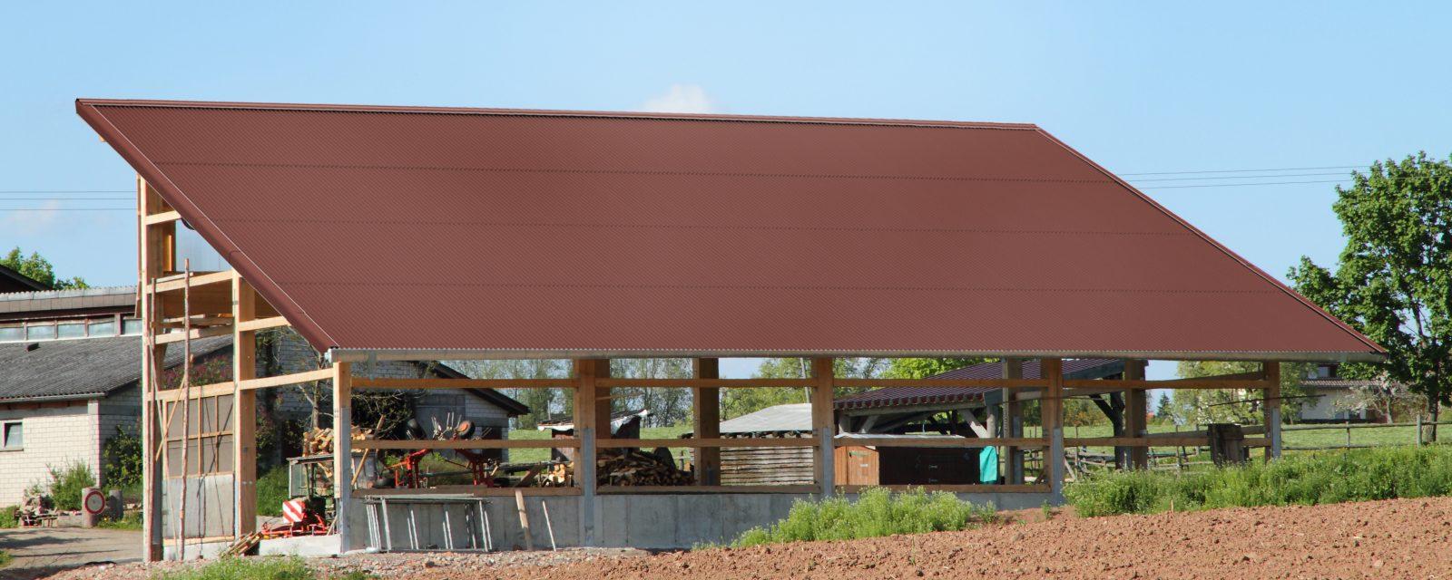Landwirtschaftliches Gebäude mit roten Bitumenwellplatten